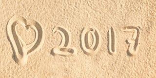 Fermez-vous vers le haut le 2017 d'écrire dans le sable d'une plage Photos libres de droits