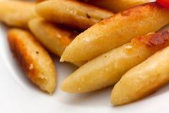 Fermez-vous vers le haut, les boulettes fraîches, cuites à la friteuse de la plaque Image libre de droits