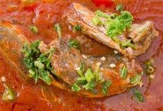 Fermez-vous vers le haut salade de sardines en boîte par poissons aigres et épicés thaïlandais images libres de droits
