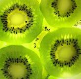 Fermez-vous vers le haut sur des kiwis Photos stock