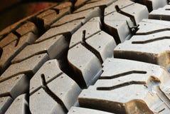 Fermez-vous vers le haut sur la ligne sale de pneu Images libres de droits