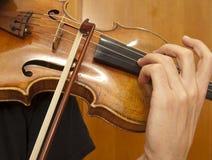 Fermez-vous vers le haut sur le jeu de violon Photos stock