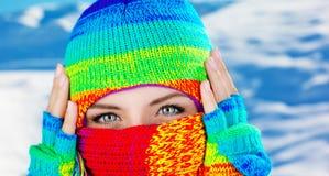 Fermez-vous vers le haut sur le visage couvert avec des œil bleu Images stock