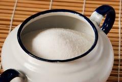 Fermez-vous vers le haut sur un bol de sucre blanc d'émail image stock
