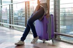 Fermez-vous, voyageuse de jeune fille avec le transport Photographie stock libre de droits