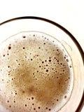 Fermez-vous, vue supérieure d'une tasse en verre de bière images libres de droits