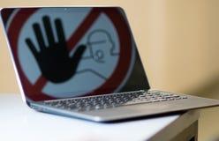 Fermi firmano dentro lo schermo del taccuino Fotografia Stock Libera da Diritti