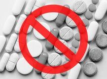 Fermi gli oppioidi Crisi degli antidolorifici e concetto di abuso di droga opioide fotografia stock