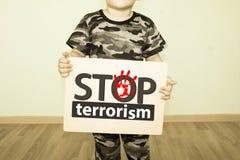Fermi il concetto del terrorismo ragazzo nei militari Fotografie Stock