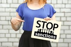 Fermi il concetto di sanzioni ragazza su un mattone Fotografie Stock Libere da Diritti