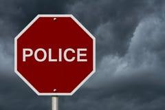 Fermi il segnale stradale della polizia Fotografia Stock Libera da Diritti