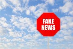 Fermi il segnale stradale falso di notizie Immagine Stock Libera da Diritti