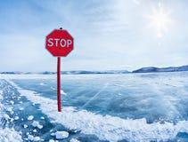 Fermi il segnale stradale su Baikal Immagine Stock