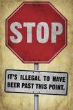 Fermi il suo segno illegale della birra con fondo Fotografia Stock