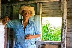 Fermier cubain avec le chapeau de paille dans sa cabine Image stock