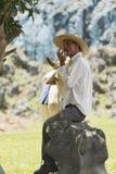 Fermier cubain avec le chapeau de paille dans sa cabine photos stock