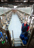 Fermier dans la ferme de vache Photographie stock