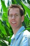 Fermier fier dans le champ de maïs Photos libres de droits