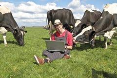 Fermier hollandais avec son ordinateur portatif Photographie stock