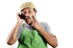 Fermier organique avec un téléphone portable Photographie stock libre de droits