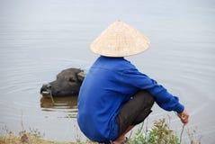 Fermier vietnamien avec le buffle d'eau Photos libres de droits