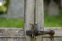 Fermo del ferro sul cancello handcrafted di legno. Fotografie Stock Libere da Diritti