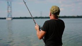 Fermo del pescatore un piccolo pesce stock footage