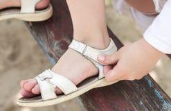 Fermo del Velcro sui sandali Fotografie Stock Libere da Diritti