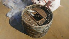 Fermo di pesce, rete da pesca, esaurimento delle risorse ittiche, canestro di bambù stock footage