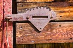 Fermo di porta d'acciaio del vecchio granaio rosso Fotografie Stock