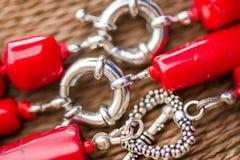 Fermoir argenté sur un collier de pierre et de cristal de corail rouge Image stock
