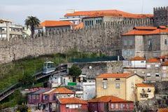 Fernandina市墙壁和缆索铁路的dos Guindais在波尔图 库存照片