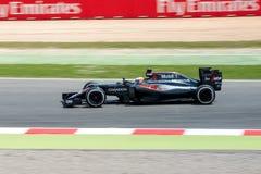 Fernando Alonso conduit la voiture d'équipe de McLaren Honda F1 sur la voie pour le Formule 1 espagnol Grand prix chez Circuit de Photos libres de droits