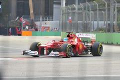Fernando Alonso som är tävlings- i GP för F1 Singapore Arkivbilder