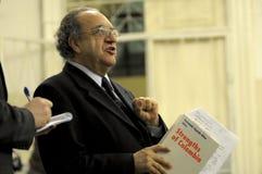 Fernando Cepeda legt zijn boek voor Royalty-vrije Stock Afbeelding