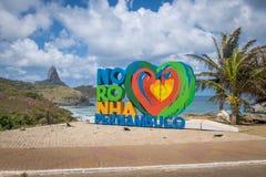 Fernando De Noronha znak z Morro robi Pico na tle - Fernando De Noronha, Pernambuco, Brazylia Obraz Stock
