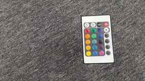 Fernbedienung auf grauem Hintergrund Lizenzfreie Stockfotografie
