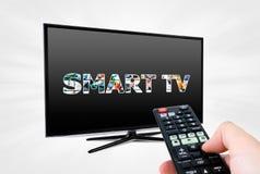 Fernbedienung, die modernes Smart Fernsehgerät zielt Lizenzfreies Stockfoto