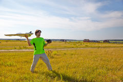 Fernbedienung für quadrocopter, Nahaufnahme Übermittler für steuerndes bewegliches Gerät in den männlichen Händen, unscharfe Natu Lizenzfreies Stockbild