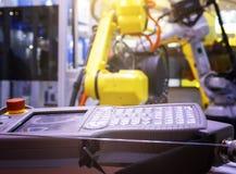 Fernbedienung neuen und modernen Metallmaschinen vor dem hintergrund der unscharfen gelben Industrieroboter lizenzfreie stockfotografie