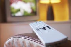 Fernbedienung und Fernsehen im Wohnzimmer Lizenzfreie Stockfotos