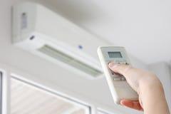 Fernbedienung verwiesen auf Klimaanlage lizenzfreie stockfotografie