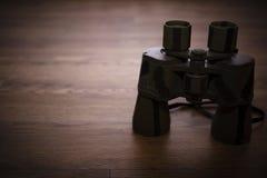 Ferngläser auf dem Tisch Stockbild