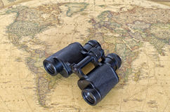 Ferngläser auf Weltkarte Lizenzfreies Stockbild