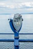 Ferngläser funktionierten durch Münzen, Meer im Hintergrund Lizenzfreie Stockbilder