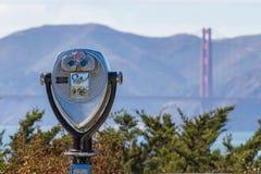 Ferngläser mit Golden gate bridge auf Recht lizenzfreie stockfotos