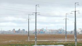 Fernleitungen und Fabrikhintergrund bildschirm Öl- und Gasindustrie, Raffineriefabrik, Bereich des petrochemischen Werks stockbilder