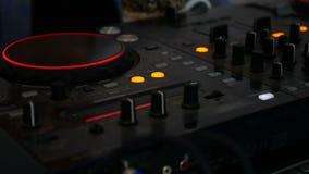 Fernmischer glüht Audio-DJ-Musikvideo in die Dunkelheit stock video