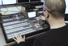 Fernseh-Herausgeber, der mit Audio- Video- Mischer in einem Fernsehen-broadca arbeitet Stockbild