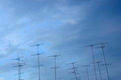 Fernsehantenne auf blauem Himmel Lizenzfreie Stockfotografie